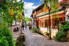Scenisk sikt av gatan i den gamla staden av Lijiang på en solig dag Royaltyfri Foto