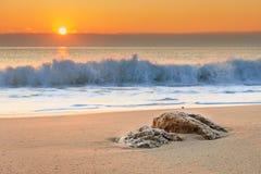 Scenisk sikt av härlig soluppgång ovanför havet Royaltyfria Foton