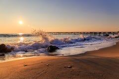Scenisk sikt av härlig soluppgång ovanför havet Royaltyfria Bilder