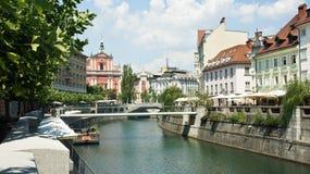 Scenisk sikt av husen på den Ljubljanica flodbanken i gammal stad, härlig arkitektur, solig dag, Ljubljana, Slovenien royaltyfria bilder