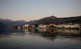 Scenisk sikt av Iseo den alpina sjön royaltyfria foton