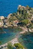 Scenisk sikt av Isolaen Bella i Taormina, landskap av Messina, sydliga Italien royaltyfri foto