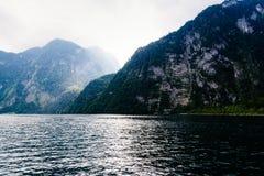 Scenisk sikt av Konigssee i Bayern om den dimmiga dagen royaltyfria bilder