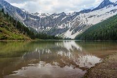 Scenisk sikt av lavin sjön och glaciärer Arkivbild