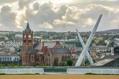 Scenisk sikt av Londonderry, med guildhallen och fredbron som är nordliga - Irland Arkivbilder