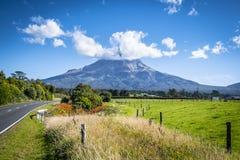 Scenisk sikt av monteringen Taranaki i den Egmont nationalparken i Nya Zeeland arkivfoton