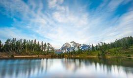Scenisk sikt av mt Shuksan när solnedgång med reflexionen i vattnet, Washington, USA royaltyfri bild