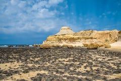 Scenisk sikt av Salt pannor, Xwejni fjärd, Xwejni, Gozo ö, Malta, Europa Arkivfoto