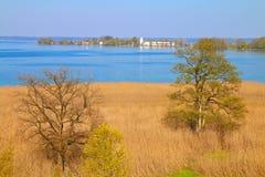Scenisk sikt av sjön Chiemsee med ön Arkivbilder