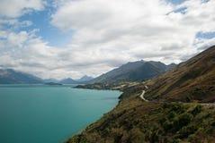 Scenisk sikt av sjön Wakatipu, Glenorchy Queenstown väg, södra ö, Nya Zeeland Fotografering för Bildbyråer