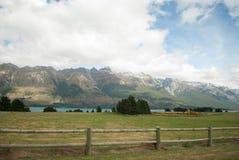 Scenisk sikt av sjön Wakatipu, Glenorchy Queenstown väg, södra ö, Nya Zeeland Royaltyfri Bild