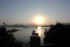 Scenisk sikt av solnedgången på sjösidan Fotografering för Bildbyråer