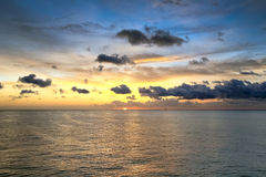 Scenisk sikt av soluppgången på hav Arkivfoton