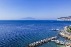 Scenisk sikt av Sorrento, Neapolitan Riviera, volcan Vesuvius I Arkivfoton