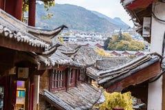 Scenisk sikt av tegelplattatak för traditionell kines royaltyfria foton