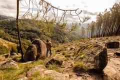 Scenisk sikt av ton?ringen som h?ller ?gonen p? p? solnedg?ngberg, Peneda-Geres nationalpark, nordliga Portugal fotografering för bildbyråer