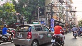 Scenisk sikt av upptagen trafik i Hanoi den gamla fjärdedelen med många mopeder och medel arkivfilmer