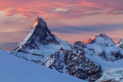 Scenisk sikt för närbild på det snöig Matterhorn maximumet i den soliga dagen, Matterhorn maximum, Zermatt, Schweiz royaltyfria foton