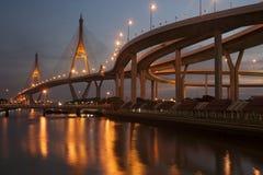 Scenisk sikt för skymning av den Bhumibol bron Royaltyfri Fotografi