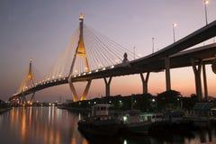 Scenisk sikt för skymning av den Bhumibol bron Royaltyfri Bild