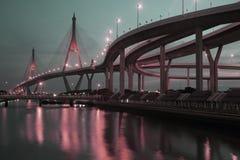 Scenisk sikt för skymning av den Bhumibol bron Royaltyfri Foto
