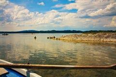 Scenisk sikt för stillsam lakeside från fartyget royaltyfria foton