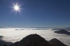 Scenisk sikt från berg till dimmiga dalar Royaltyfria Foton