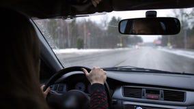 Scenisk sikt från bilen på asfaltvägen i vinter arkivfilmer