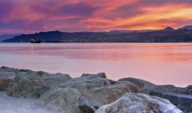 Scenisk sikt från den centrala stranden av Eilat på solnedgången arkivbilder