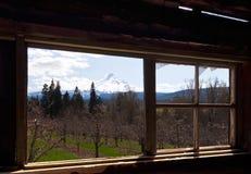 Scenisk sikt från fönstret av det gamla huset Arkivfoto