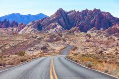 Scenisk sikt från vägen i dalen av branddelstatsparken, Nevada, Förenta staterna arkivbilder