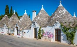 Scenisk sikt i Alberobello, den berömda Trulli byn i Apulia, sydliga Italien arkivbild