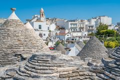 Scenisk sikt i Alberobello, den berömda Trulli byn i Apulia, sydliga Italien Royaltyfri Fotografi
