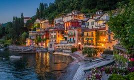 Scenisk sikt i den härliga Varennaen i aftonen, på sjön Como, Lombardy, Italien arkivbild