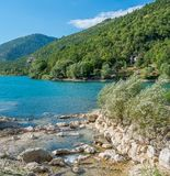 Scenisk sikt i Scanno sjön, landskap av L ` Aquila, Abruzzo, centrala Italien Royaltyfri Bild
