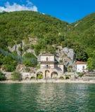 Scenisk sikt i Scanno sjön, landskap av L ` Aquila, Abruzzo, centrala Italien Royaltyfria Bilder