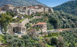 Scenisk sikt i Sermoneta, medeltida by i det Latina landskapet, Italien Royaltyfri Fotografi
