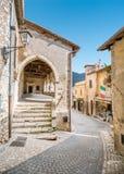 Scenisk sikt i Sermoneta, medeltida by i det Latina landskapet, Italien Royaltyfri Foto
