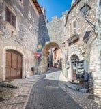 Scenisk sikt i Sermoneta, medeltida by i det Latina landskapet, Italien Arkivbilder