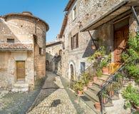 Scenisk sikt i Sermoneta, medeltida by i det Latina landskapet, Italien Arkivfoto