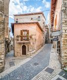 Scenisk sikt i Sermoneta, medeltida by i det Latina landskapet, Italien Arkivfoton