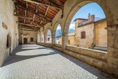 Scenisk sikt i Sermoneta, medeltida by i det Latina landskapet, Italien Royaltyfri Bild