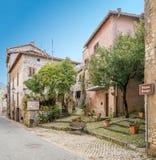 Scenisk sikt i Sermoneta, medeltida by i det Latina landskapet, Italien Royaltyfria Bilder