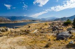 Scenisk sikt med en sjö Arkivbild
