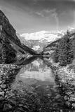 Scenisk sikt med reflexioner i Lake Louise royaltyfri fotografi