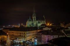 Scenisk sikt på den chrismasBrno mitten, Zelny trh och domkyrka av St Peter royaltyfri fotografi