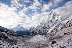 Scenisk sikt på den Khumbu dalen i Himalayas Royaltyfri Bild