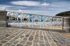 Scenisk sikt på den San Sebastian stranden i conchafjärd till och med det dekorativa vita järnstaketet, basque land, Spanien Arkivfoton