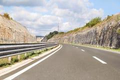 Scenisk sikt på huvudvägvägen som igenom leder i Istria, Kroatien, Europa/härlig naturlig miljö arkivbilder