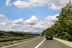 Scenisk sikt på huvudvägvägen som igenom leder i Istria, Kroatien, Europa/härlig naturlig miljö arkivbild